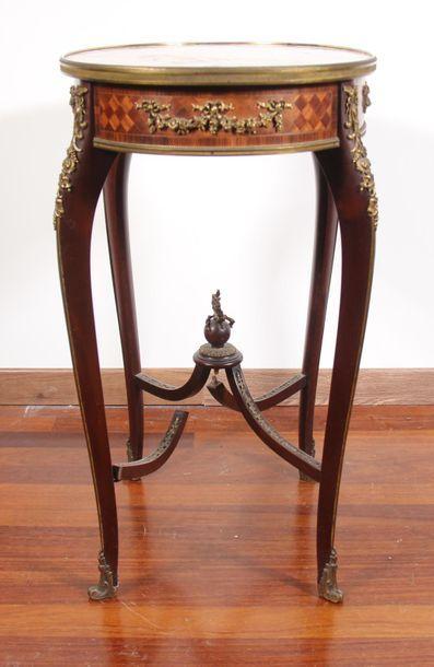Guéridon ovale en bois de placage, pieds cambrés réunis par une entretoise en X,...
