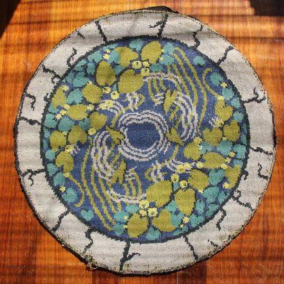 Tapis rond en laine à décor de fleurs stylisées, vers 1930 D : 68 cm.(tâches, u...