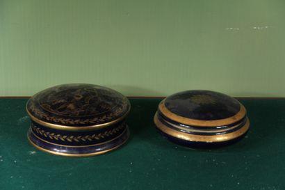 LIMOGES  Deux bonbonnières en porcelaine...