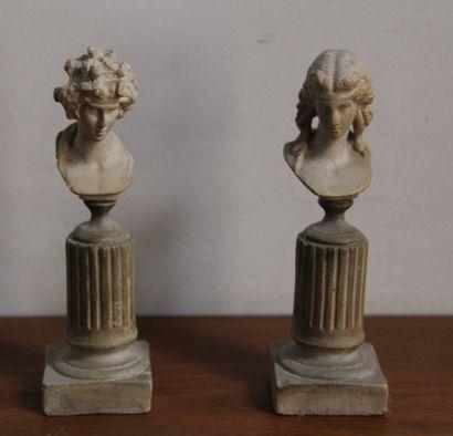 *Paire de bustes sur colonne en plâtre  H...