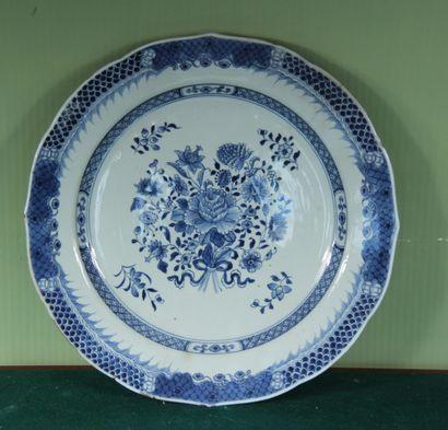 Plat rond mouvementé en porcelaine blanc-bleu...