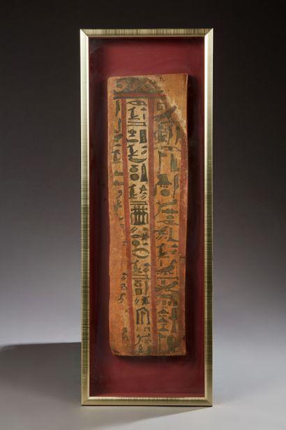 Planche de sarcophage inscrite de hiéroglyphes...