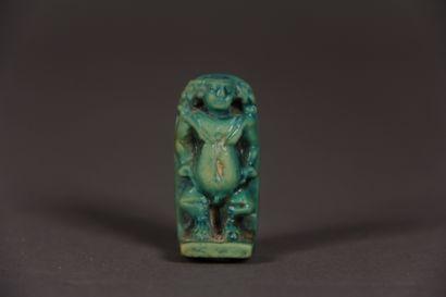Amulette stèle Pateque debout sur deux têtes...