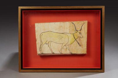 Panneau à décor d'un taureau passant à droite...