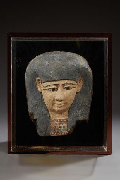 Imposant masque de sarcophage à la carnation...