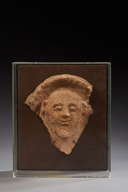 Masque de sarcophage aux traits stylisés...