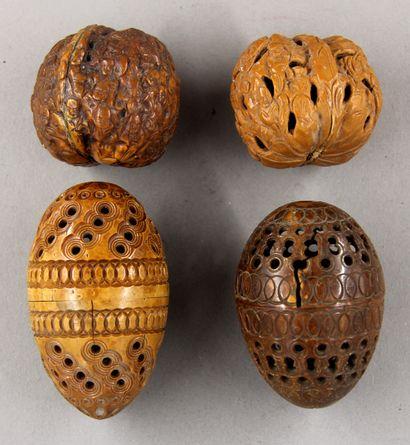 *Lot de deux œufs à repriser en buis et deux...