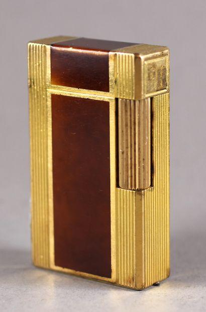 St DUPONT  Briquet en métal doré et laque...