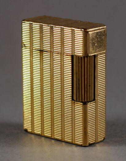 St DUPONT  Briquet en métal doré guilloché...