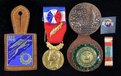*Médaille du mérite et insignes militair...