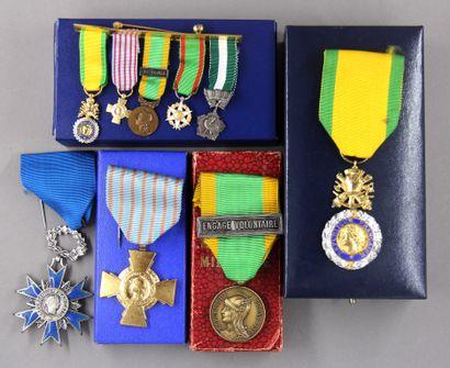 *Médailles : médaille de chevalier de Ordre...