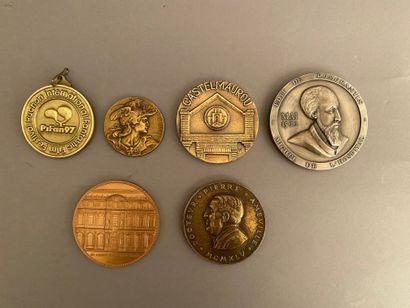 Lot de médailles en métal et bronze patiné...