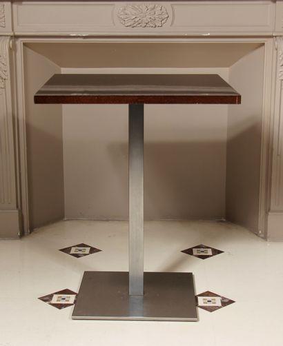Neuf tables bistrot à plateaux carrés en...