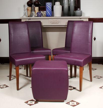 Quatre chaises à haut dossier et un pouf...