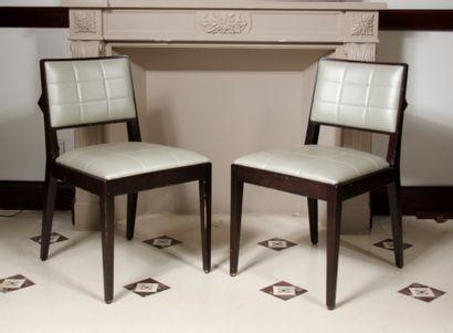 Douze chaises en bois teinté garnies de skai...