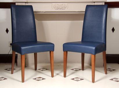 Paire de chaises à haut dossier en skaï grainé...