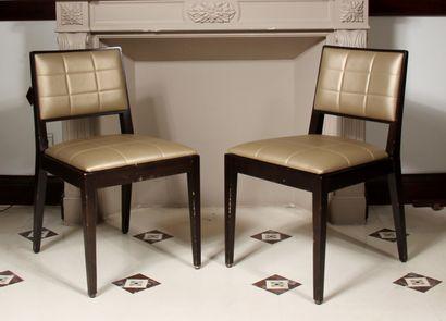 Six chaises en bois teinté garnies de skai...