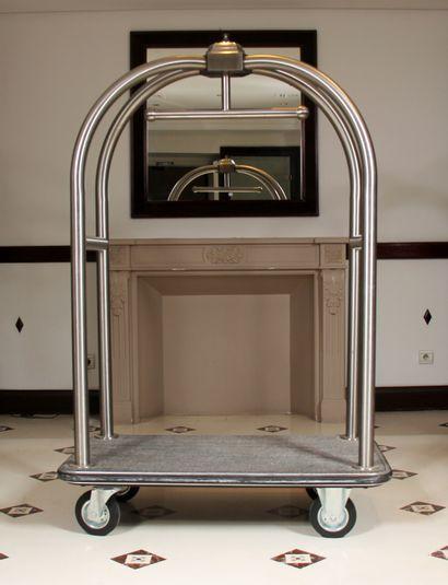 Porte bagages à roulettes à montants en métal...