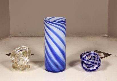 Lot :  - Vase tubulaire en verre blanc et...