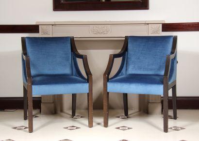 Paire de fauteuils en bois teinté garnis...