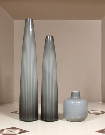 HABITAT  Trois vases dépareillés en verre...