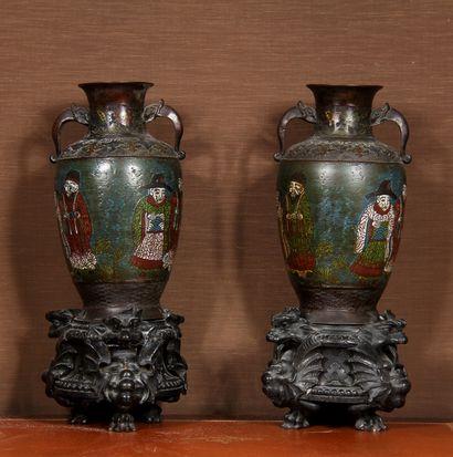 Paire de vases à deux anses en bronze cloisonné...