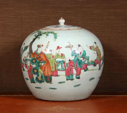 Vase globulaire couvert en porcelaine polychrome...