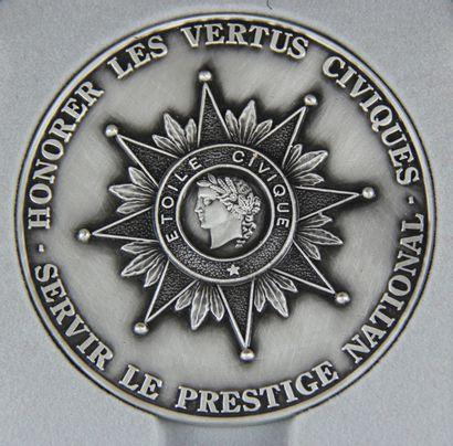 Médaille Etoile civique en métal argenté,...