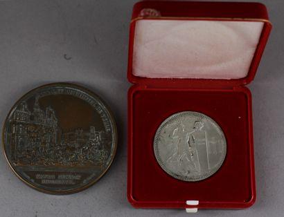 Lot :  - Médaille en bronze patiné Attaque...