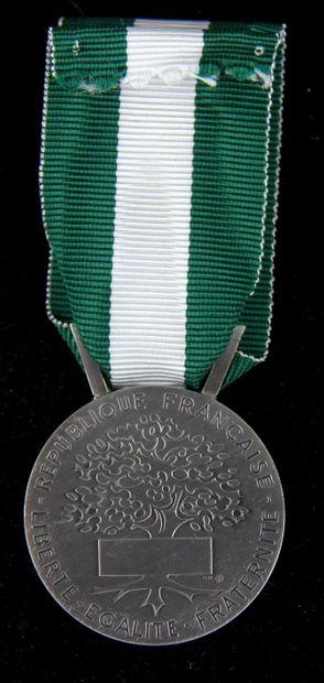 Lot de médailles en bronze et divers concernant des médecins... et un étui vide...