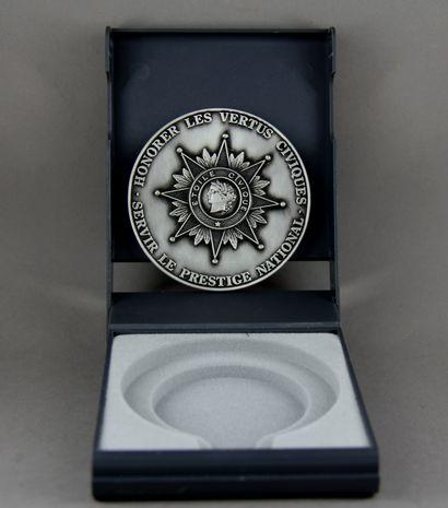 Médaille Etoile civique en métal argenté, dans sa boite