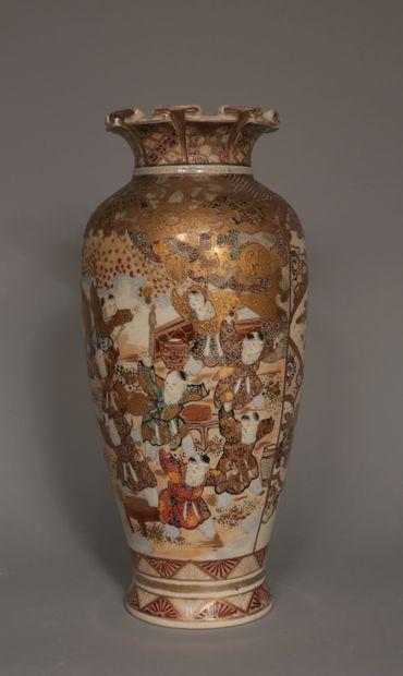 Vase balustre en faîence à décor polychrome...