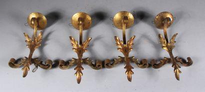 Quatre appliques en métal doré à une lumière...