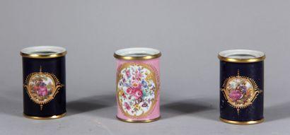 Trois pots en porcelaine bleu nuit et rose...