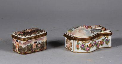 CAPODIMONTE  Deux boites en porcelaine polychrome...