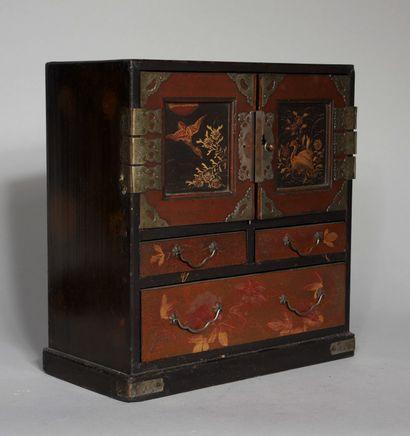 Petit cabinet en bois noirci et laqué à deux...