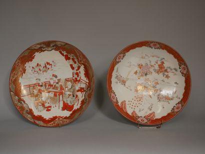 Deux plats creux sur talon en porcelaine...