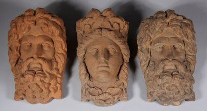 Trois hauts-reliefs en pierre reconstituée...