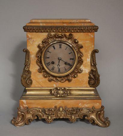 Pendule borne quadripode en marbre de Sienne...