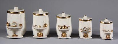 Cinq pots à épice en céramique crème et doré...