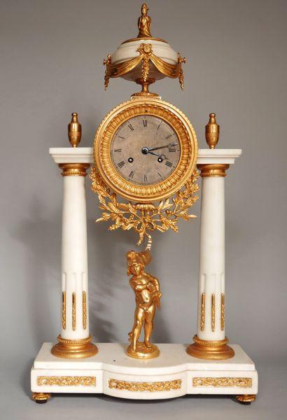 Pendule portique en marbre blanc et bronze...