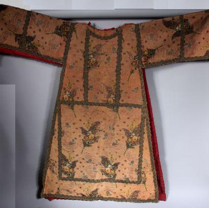 Robe en soie rose brodée de fleurs et galons,...