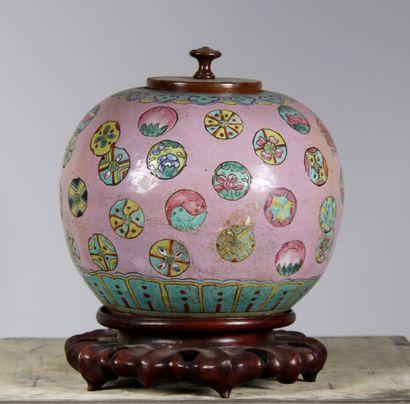 Vase boule en porcelaine polychrome à décor...