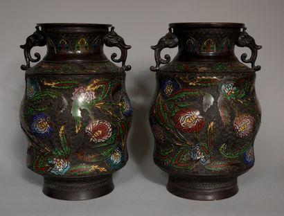 Paire de vases à anses en bronze patiné et...