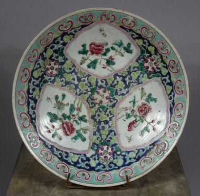 Plat sur talon en porcelaine polychrome de...