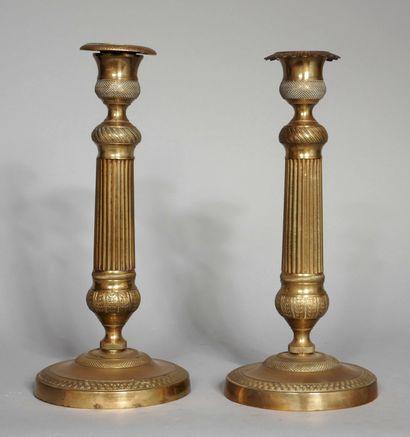 Paire de bougeoirs cannelés en bronze, XIXème...