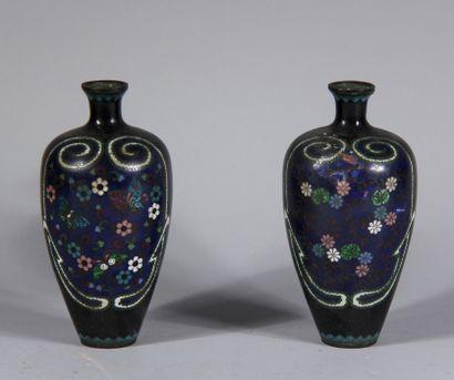 Paire de vases balustres à petit col en métal...