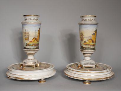 Paire de vases sur piedouche en porcelaine...