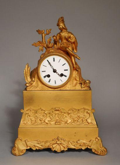 Pendule romantique quadripode en bronze et...