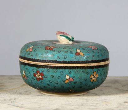 Bonbonnière couverte en porcelaine à décor...